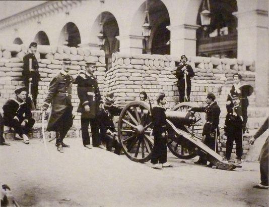 Barricade place Vendôme au débouché de la rue de Castiglione. BRUNO BRAQUEHAIS / Bibliothèque historique de la Ville de Paris