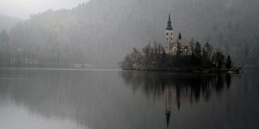 La Slovénie, pays alpin, est riche de ses eaux pures. Le lac de Bled, avec son île, est un des plus beaux du pays. © Lars Halbauer / DPA