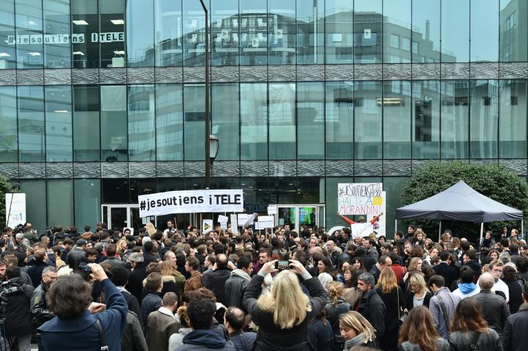 Des employés d'iTELE en grève devant le siège de la chaîne à Boulogne-Billancourt le 25 octobre 2016 afp - Christophe Archambault