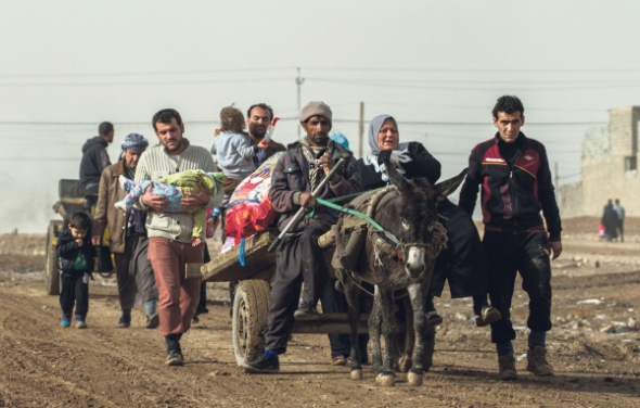 Des civils fuyant les combats arrivent dans le quartier de Hal-Samah, à l'est de Mossoul. (Sebastian Backhaus pour le JDD)