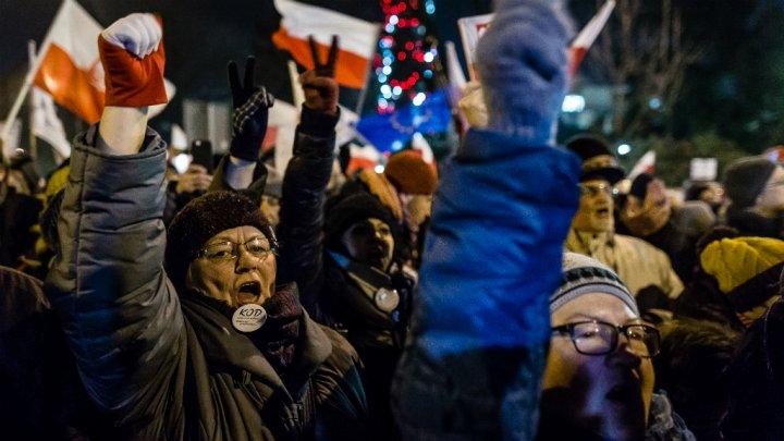 Wojtek Radwanski, AFP | Des manifestants de l'opposition, à Varsovie.