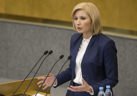 La députée Olga Batalina à la tribune de la Douma défend le projet de loi dépénalisant les violences intra-familiales, le 25 janvier. La députée Olga Batalina à la tribune de la Douma défend le projet de loi dépénalisant les violences intra-familiales, le 25 janvier. ALEXANDER ZEMLIANICHENKO / AP