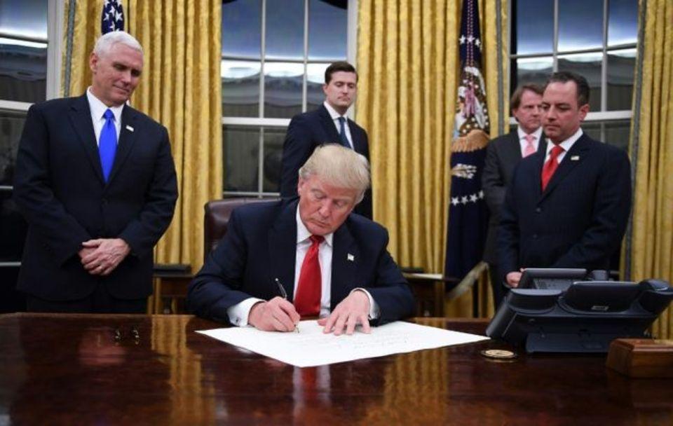 986763-985636-donald-trump-signe-ses-premiers-decrets-de-president-des-etats-unis-le-20-janvier-2017-dans-l-1