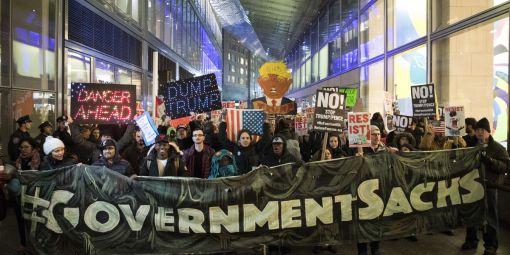 Manifestation contre la présence d'anciens hauts cadres de Goldman Sachs dans le gouvernement Trump. © AFP/ Drew Angerer