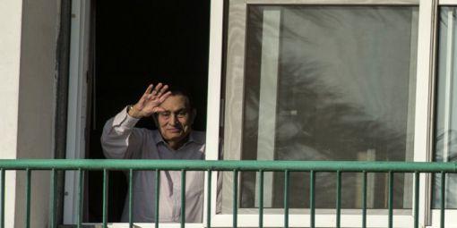 L'ex-président Hosni Moubarak, à la fenêtre de sa chambre à l'hôpital militaire Maadi au Caire, en octobre 2016.   © Khaled Desouki/ AFP