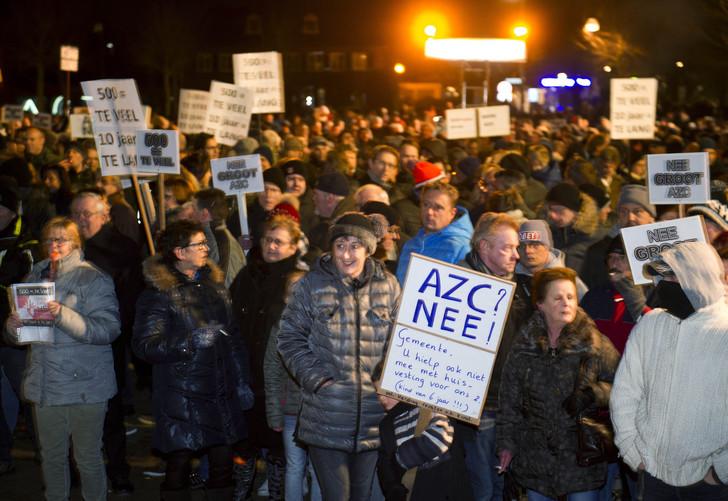 Manifestation contre le projet d'accueil de 500 réfugiés, à Heesch, aux Pays-Bas, le 18 janvier 2016. / Robert Vos /AFP
