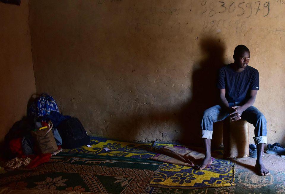 Un migrant attend dans un «ghetto» à Agadez (nord du Niger) de rejoindre la Libye, d'où il compte franchir la Méditerranée pour gagner l'Europe. Photo AFP Issouf Sanogo