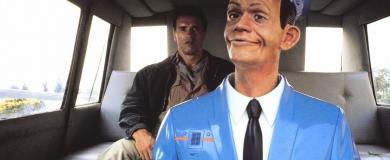 Image à la Une : Arnold Schwarzenegger et un robot taxi dans Total Recall (1990)