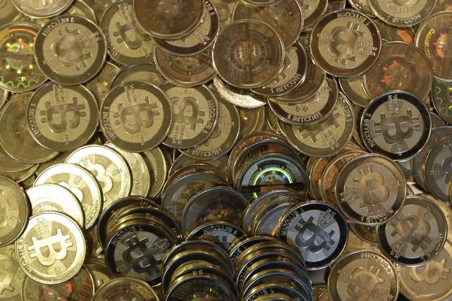 Le bitcoin, qui tire son origine d'un logiciel mis en ligne en février 2009 par un ou plusieurs informaticiens se cachant sous le pseudonyme de Satoshi Nakamoto, est une monnaie virtuelle autorégulée, qui préserve l'anonymat de ses propriétaires.
