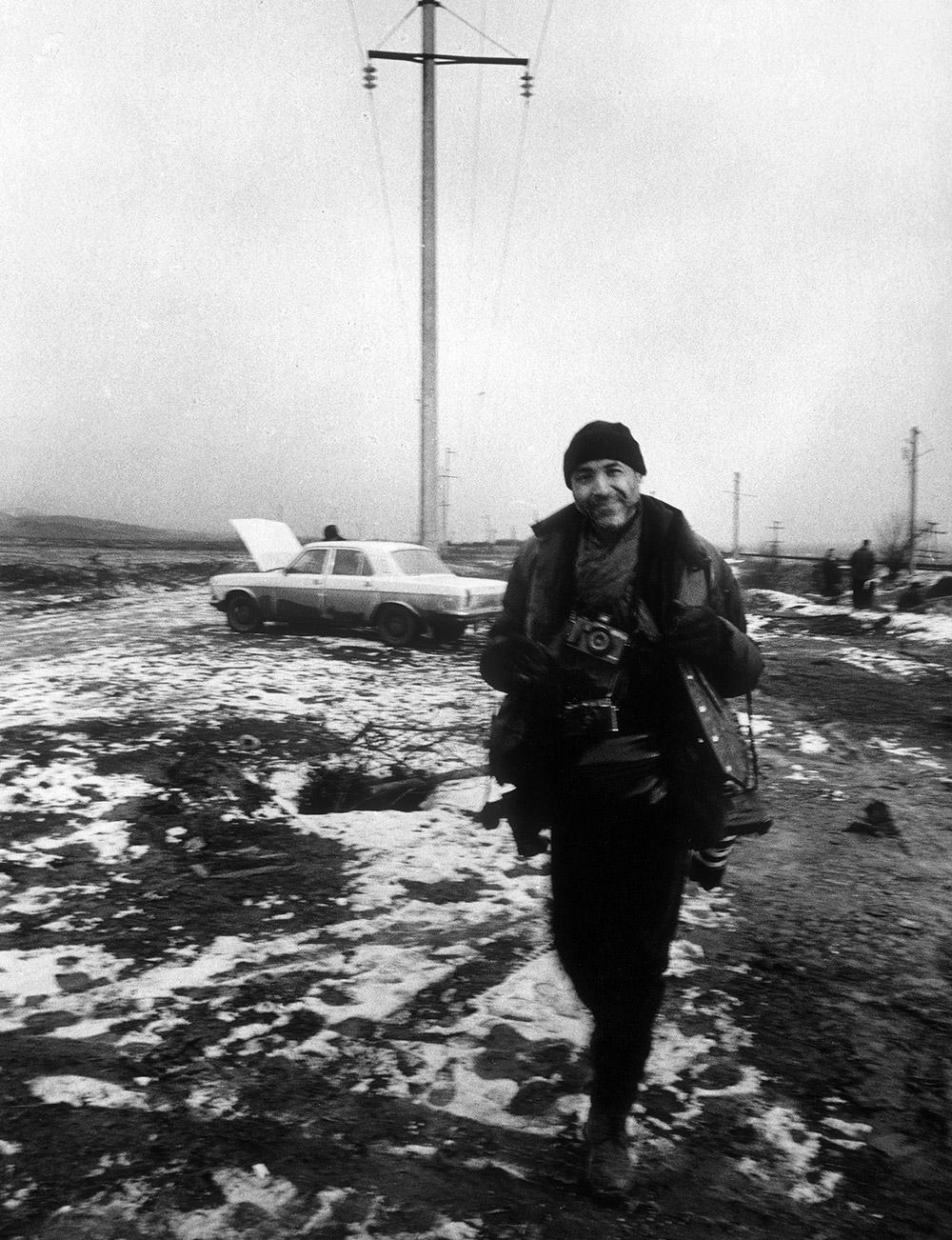 """""""On the border"""", portrait de Stanley Greene par Kristel Eerdekens sur la frontière tchétchène-ingouche en janvier 2000 © Kristel Eerdekens"""