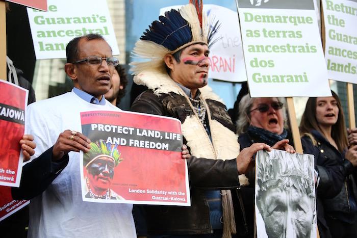 Le chef indien Ládio Verón devant l'ambassade du Bresil a? Londres le 19 avril.