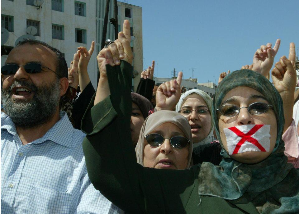 Nadia Yassine, figure emblématique d'Al Adl Wal Ihsane, devant le palais de justice de Rabat, au Maroc, en juin 2005. Photo Abdelhak Senna. AFP