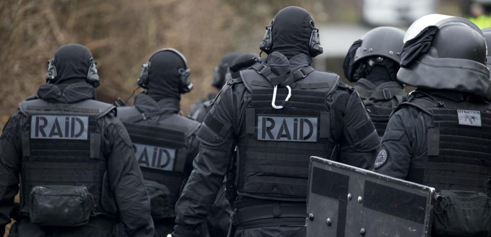 . Des membres du Raid lors d'un exercice à Sens, le 30 mars 2016. (KENZO TRIBOUILLARD / AFP