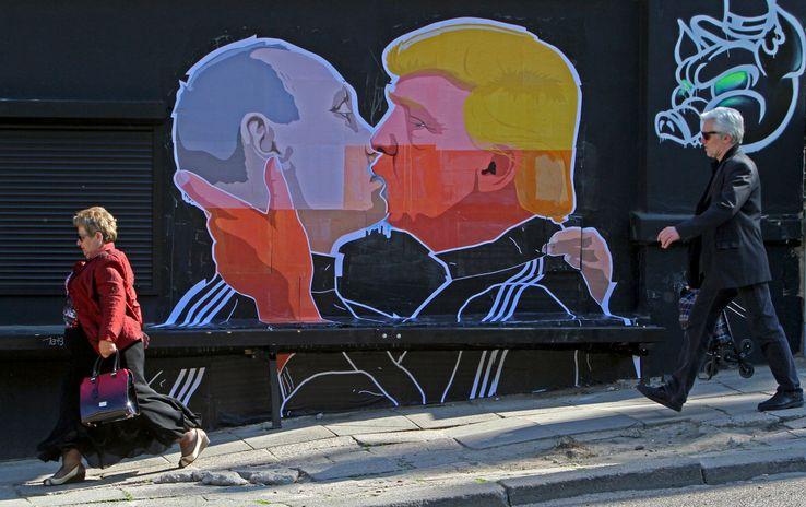 Dessin représentant Poutine et Trump dans une rue de Vilnius en Lituanie• Crédits : PETRAS MALUKAS - AFP