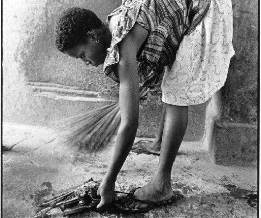 Travailleuse domestique béninoise qui fait le ménage dans une famille togolaise à Lomé. © Photo AFP/Godong