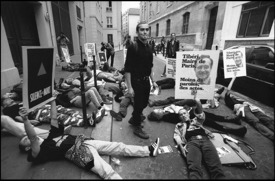 Des militants d'Act Up à Paris, en 1995. Photo Christian Poveda. Agence VU