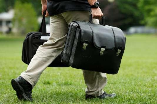 Un aide de camp tranporte la valise contenant les codes nucléaires, à la Maison Blanche, le 17 juin. Un aide de camp tranporte la valise contenant les codes nucléaires, à la Maison Blanche, le 17 juin. YURI GRIPAS / REUTERS