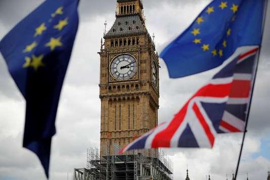 Des drapeaux européen et britannique flottent sur Parliament Square, lors d'une manifestation pour l'Europe,  le 9 septembre 2017. STRINGER / REUTERS