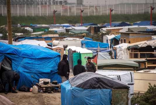 Des migrants afghans à Calais, le 27 mai 2016. PHILIPPE HUGUEN / AFP