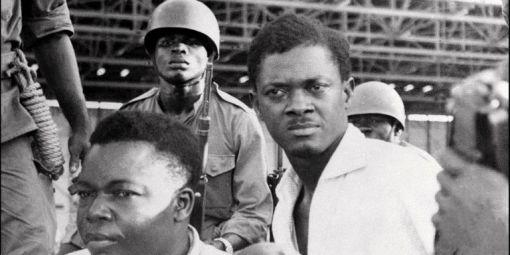 Patrice Lumumba (à droite en chemise blanche) lors de son arrestation avec ses compagnons en décembre 1960 à Léopoldville (actuelle Kinshasa). Il a été assassiné le 17 janvier 1961. © Photo AFP