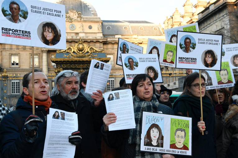 Des manifestants réclamant la vérité sur les assassinats de Ghislaine Dupont et Claude Verlon, à Paris, le 13 janvier 2017. PHOTO / BERTRAND GUAY / AFP