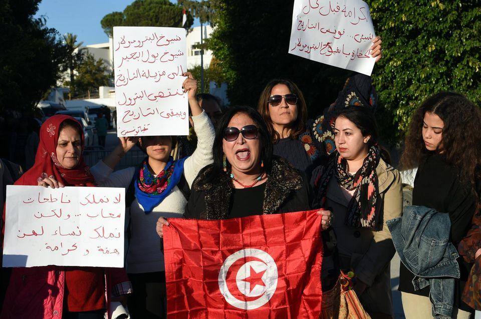 Des Tunisiennes lors d'une manifestation à Tunis lundi pour protester contre les mesures de sécurité prises par Emirates. Photo Fethi Belaid. AFP
