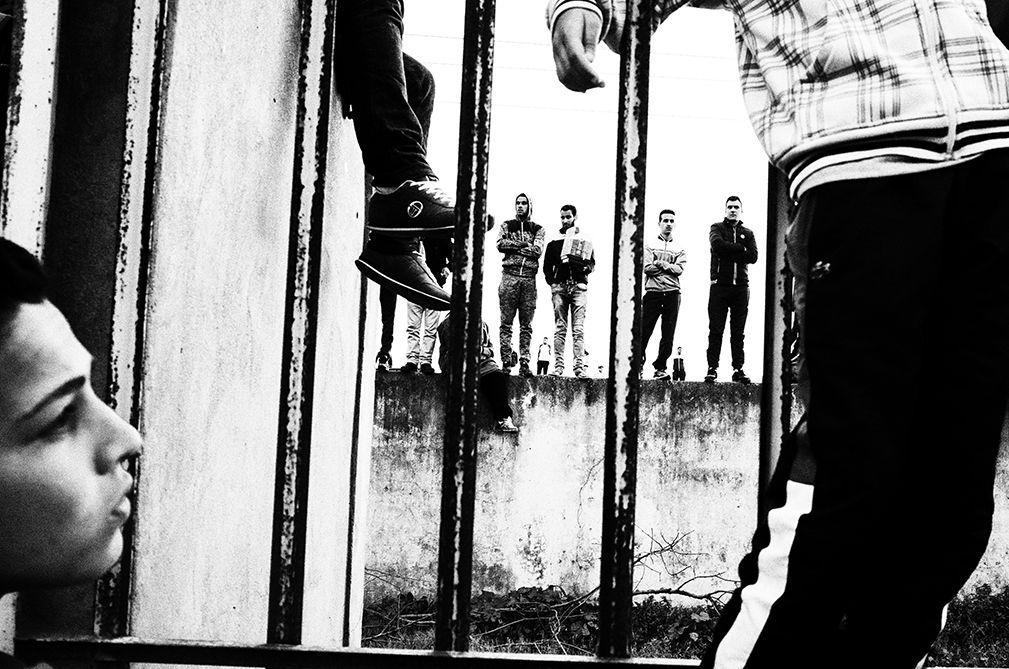 Sibusiso Bheka - «Stop Nonsense», 2017 (Afrique du Sud) Sibusiso Bheka est un jeune  photographe né en 1997. Soutenu par Rubis Mécénat, il travaille sur les townships de son pays. Il y décrit l'environnement nocturne dans un langage cinématographique. Sa série sur les murs érigés autour de Thokoza, le township où il a grandi est une réflexion sur l'enfermement, la peur, la limite qui empêche d'aller vers l'autre. © Sibusiso Bheka