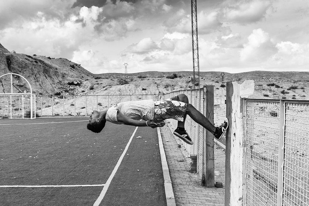 Zied Ben Romdhane - «West of Life», 2014-2016 (Tunisie) Le photo-reporter tunisien «arpente la région à la fois comme une terre connue et comme un territoire étranger. Des gisements de Redeyef aux mines de Métlaoui et aux collines d'Oum El Araies, c'est le visage fatigué mais résistant d'une terre qui ne l'est pas moins qui donne chair à ce projet, précise le site Nawaat. Il aborde avec «West of Life», les cicatrices qu'ont laissé ces lieux, sur les habitants.   © Zied Ben Romdhane