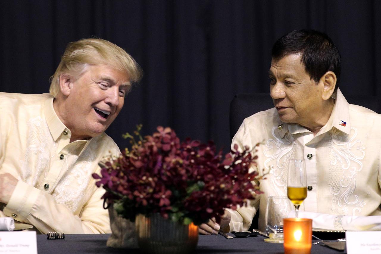e président américain Donald Trump et son homologue philippin Rodrigo Duterte, lors du dîner de l'ASEAN, le 12 novembre 2017, à Manille, Philippines. PHOTO / ATHIT PERAWONGMETHA / REUTERS.