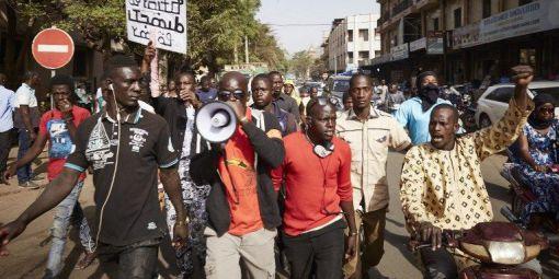 Le 10 janvier 2018, de jeunes Maliens manifestent contre la France dans les rues de Bamako. © Michele CATTANI / AFP