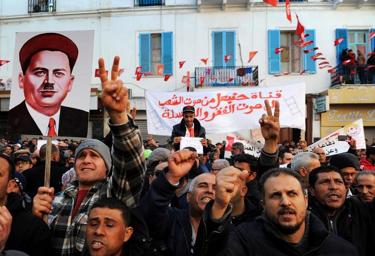 Manifestation contre le gouvernement dimanche 14 janvier devant les quartiers généraux de la puissante centrale syndicale UGTT à Tunis. / Anis Mili/AFP