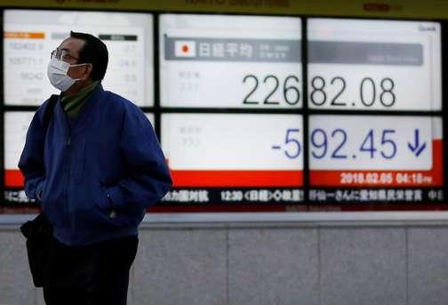 Un tableau répertoriant la chute du Nikkei à Tokyo, au Japon, mardi 5 février. Toru Hanai  / Reuters