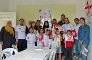 ans le local d'Ettakatol, certains des colistiers du parti posent avec leurs familles. La campagne reste bon enfant dans cet petite ville proche de Monastir  © FTV