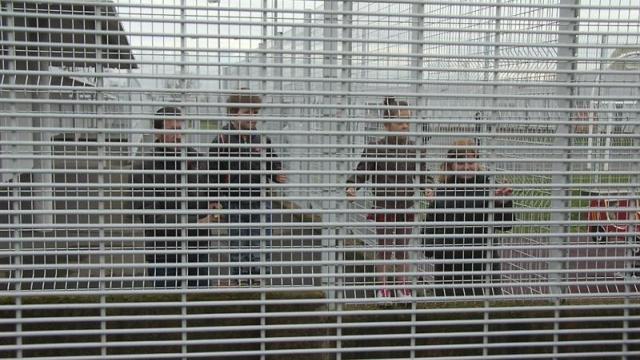 En France, l'enfermement des mineurs en centre de rétention administrative (CRA) est légal.