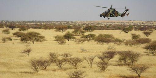Un hélicoptère d'attaque Tigre de l'opération française Barkhane survole le centre du Mali, le 1er novembre 2017. © Photo AFP/Daphne Benoit