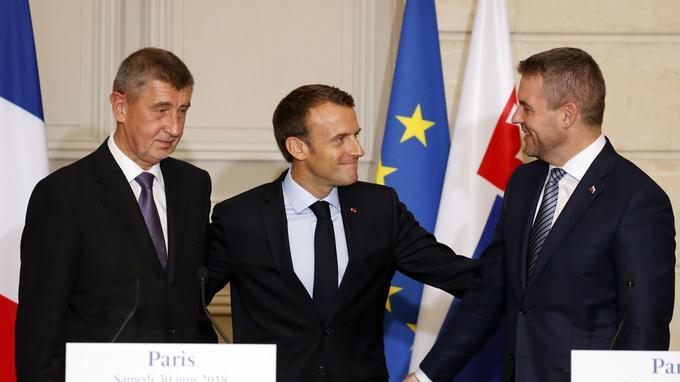 Emmanuel Macron entre les premiers ministres tchèque, Andrej Babis, et slovaque, Peter Pellegrini, le 30 juin 2018, à l'Élysée. Regis Duvignau DUVIGNAU/AFP