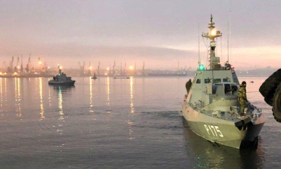 Photo de deux des trois navires ukrainiens capturés, diffusée par les autorités russes. (© picture-alliance/dpa)